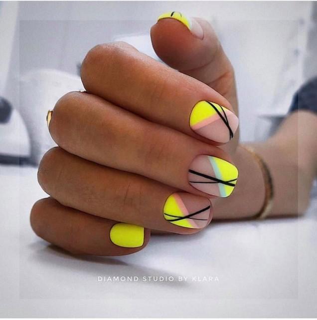 нежен жълт маникюр