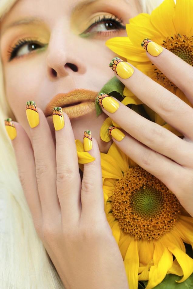 красив френски маникюр в жълто с орнаменти