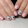 сиво и розово на къси нокти