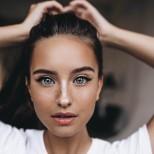 жена с необичайни очи