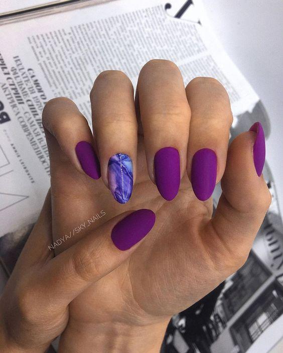 лилав маникюр