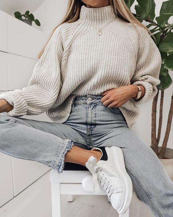 широк пуловер с дънки и кецове