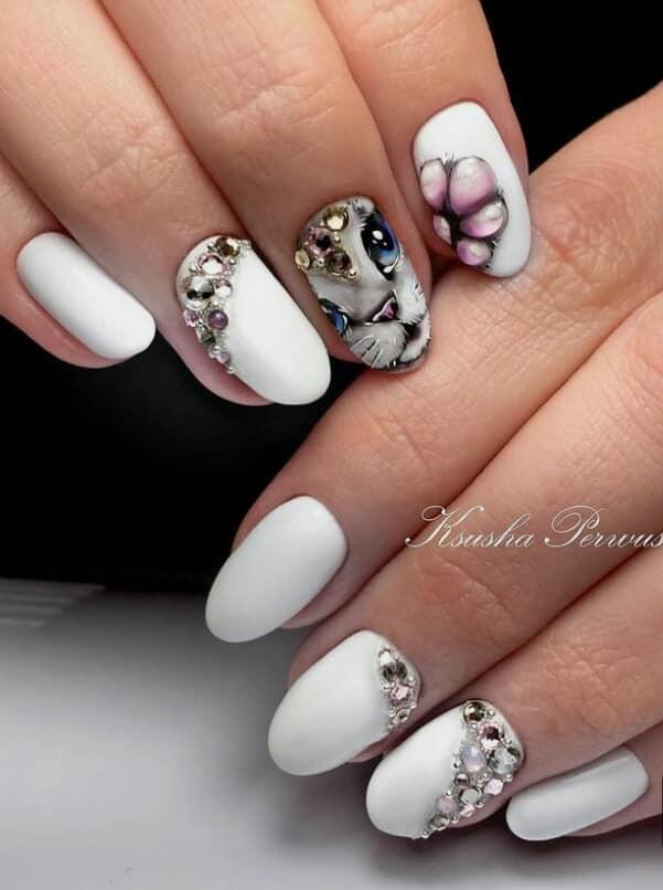 бял маникюр с камъчета