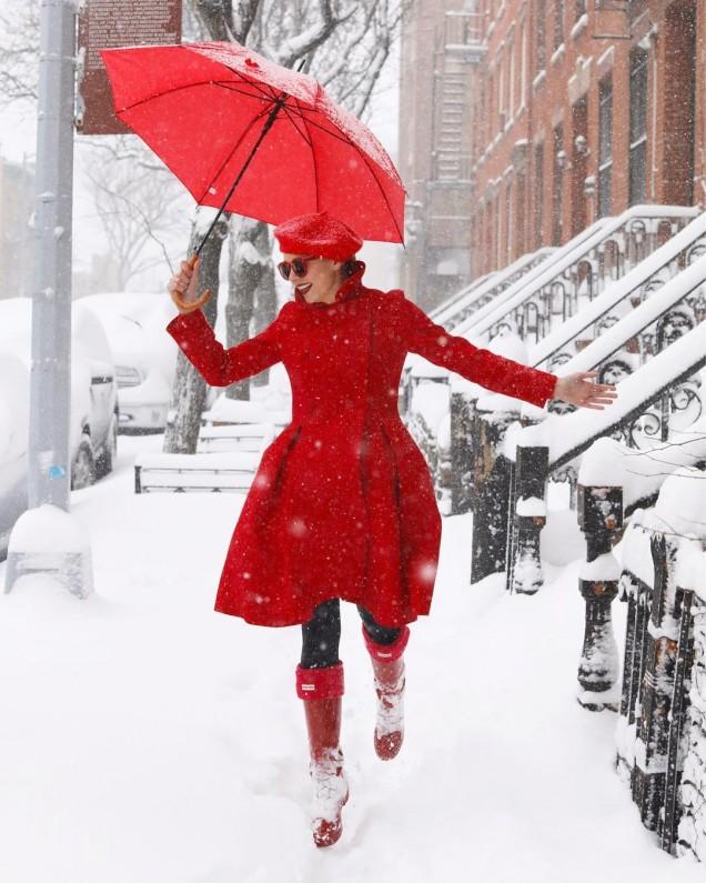 разкроено червено палто до коленете
