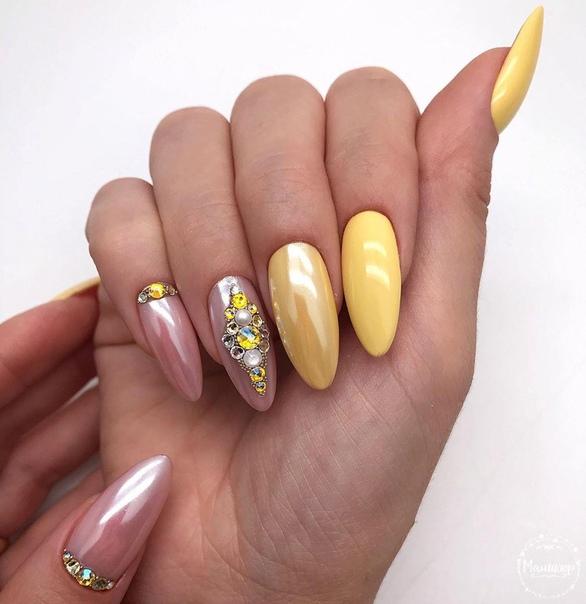 перлено жълт маникюр с камъчета