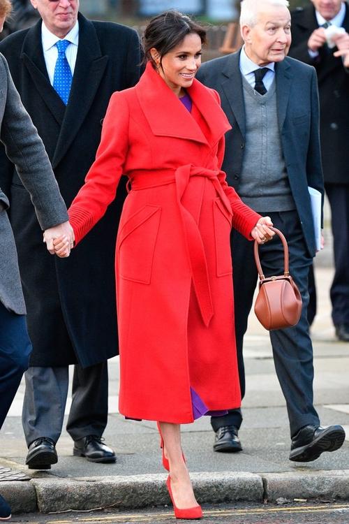 красиво червено палто с колан