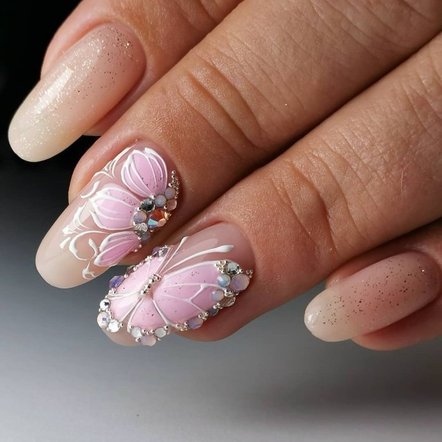 нежен розов маникюр с пеперуда