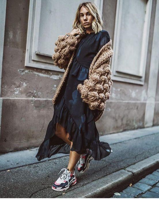 дълга рокля с кецове и палто