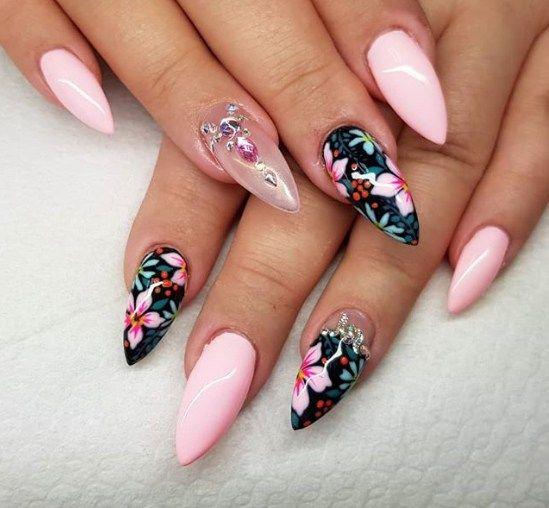 маникюр в нежно розово с цветя