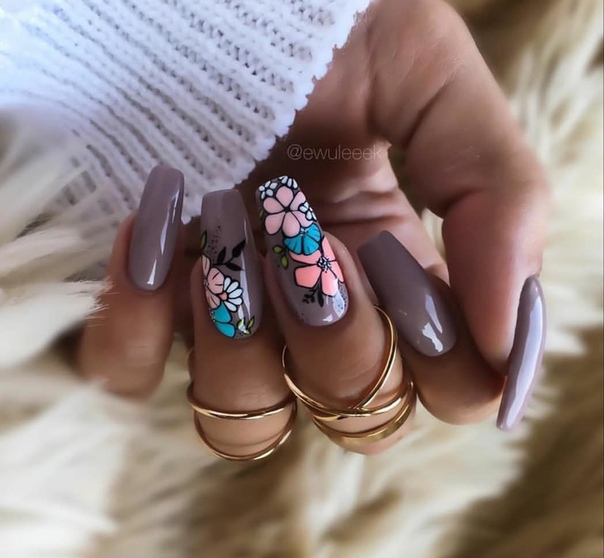 маникюр в пастелно лилаво с цветя