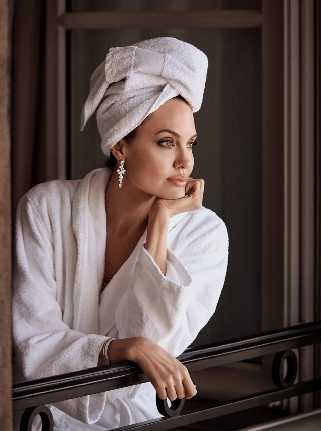 Анджелина Джоли замислена