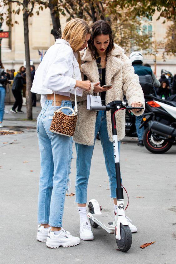 моден ансамбъл със спортни обувки
