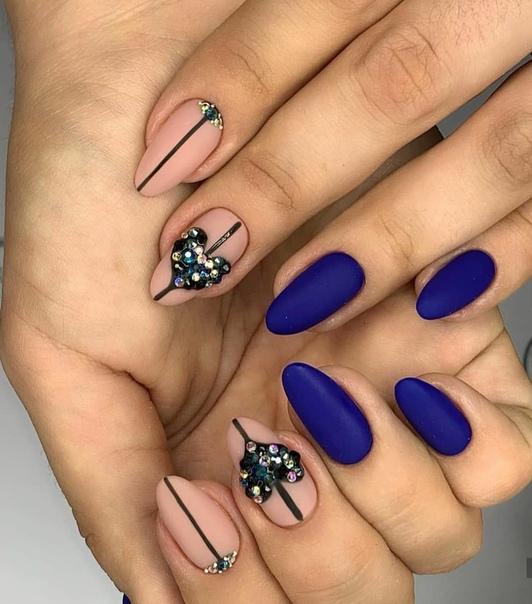 гол маникюр със синьо и кристали