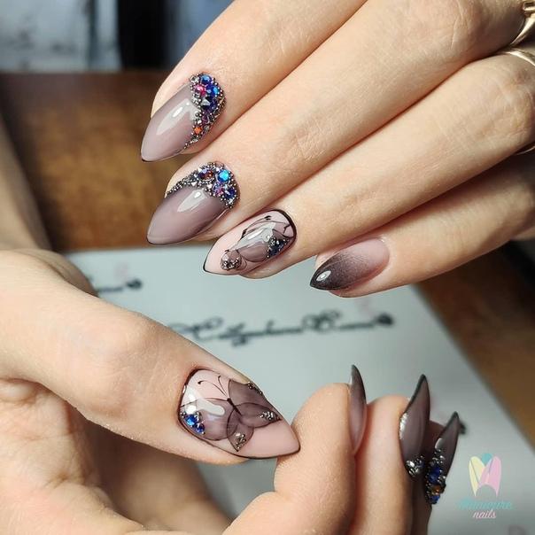 маникюр с изящни пеперуди и кристали