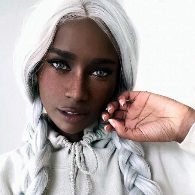 тъмнокожа жена със светли очи