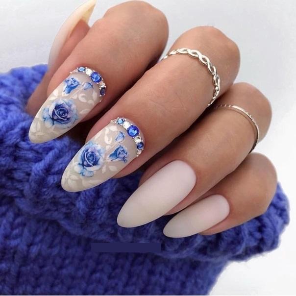 нежен маникюр в бяло и синьо с кристали