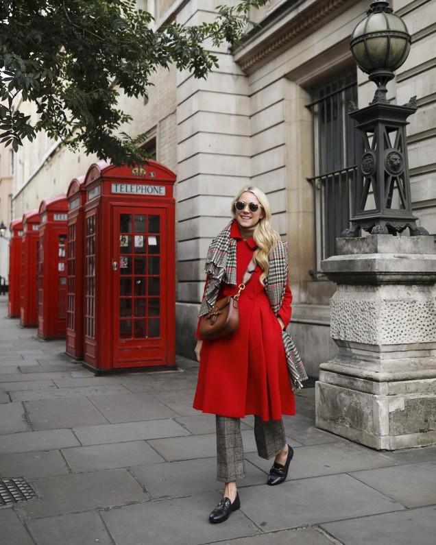 ярко червено палто