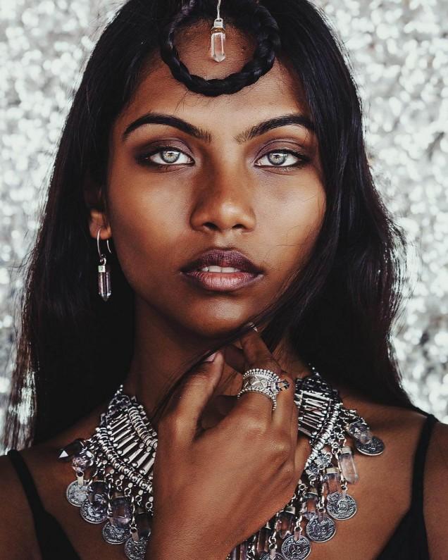 тъмнокож модел с европейски черти и сини очи