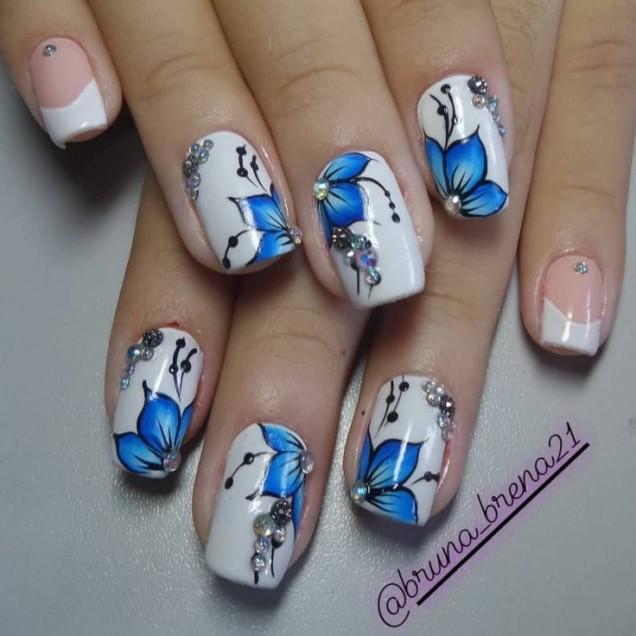 бяло със сини цветя