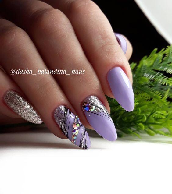 нежно лилав маникюр със сребристо