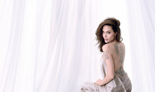 Анджелина Джоли гол гръб