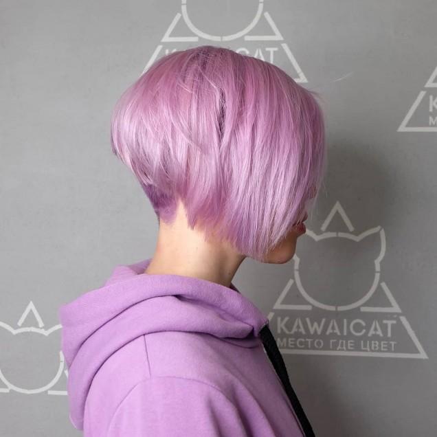 късо каре на бледорозова коса