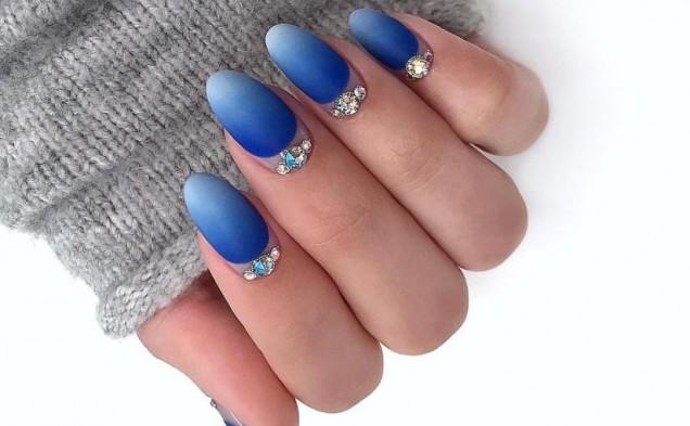 красиво синьо омбре с камъчета