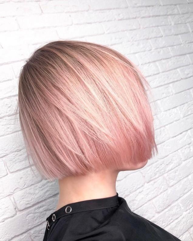 русо каре с розови кичури