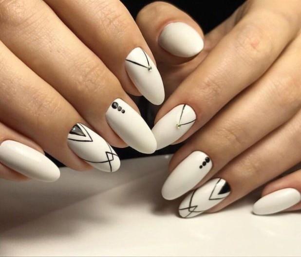 бял геометричен маникюр с черно