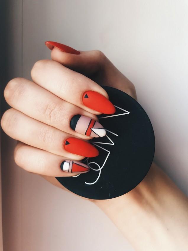 геометричен маникюр червено черно