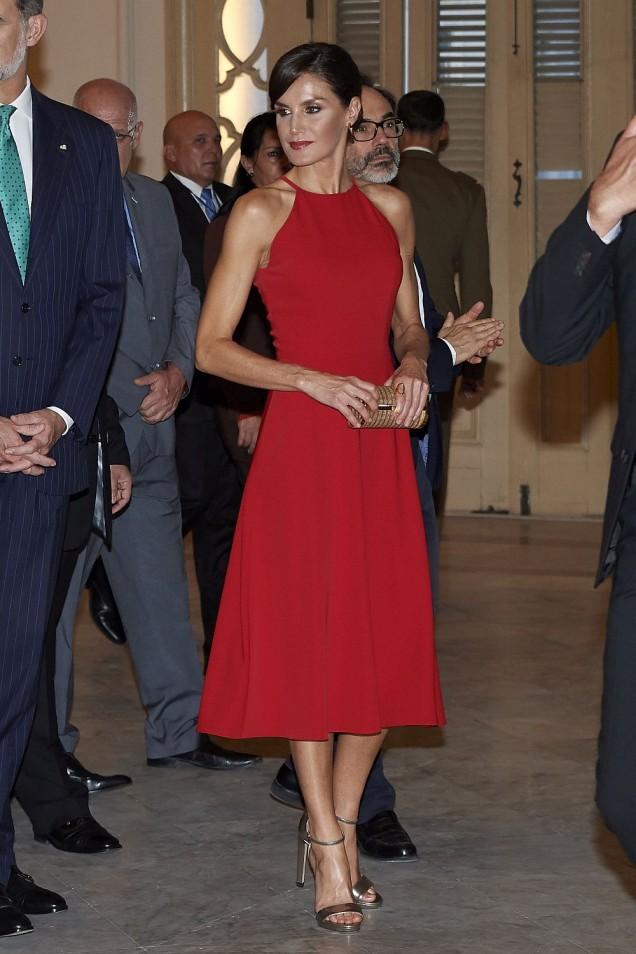 кралица Летисия в червено