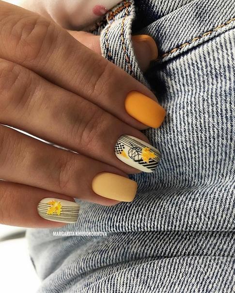 къси нокти в жълто с нежни детайли