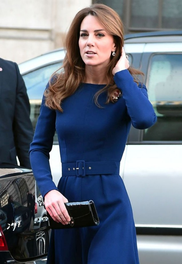 Кейт в тъмносиня рокля