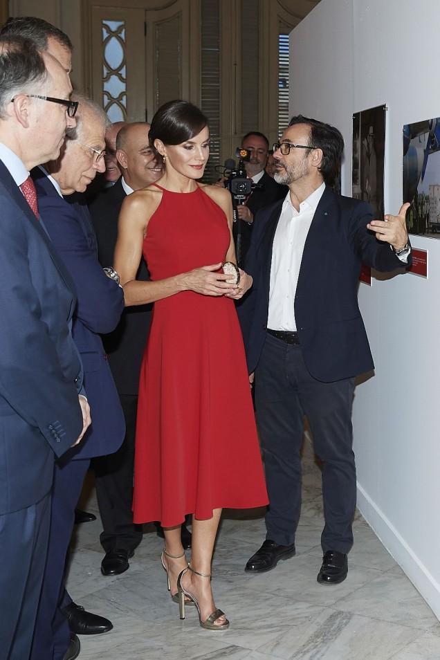 кралица Летисия червена рокля