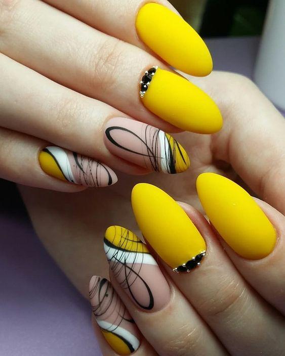 есенен маникюр в жълто с геометрични мотиви
