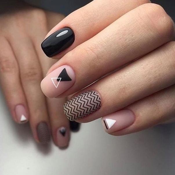 геометричен маникюр на къси нокти с френски мотиви