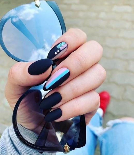 геометричен маникюр черен със синьо