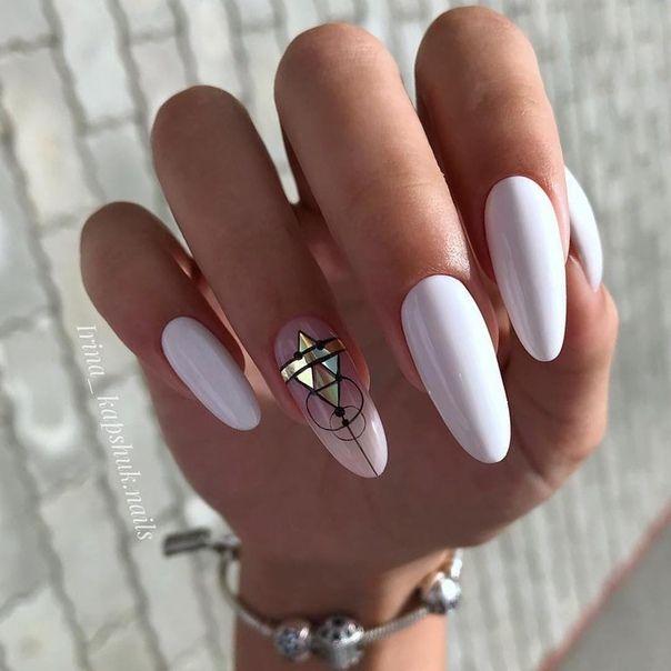 геометричен маникюр в бяло