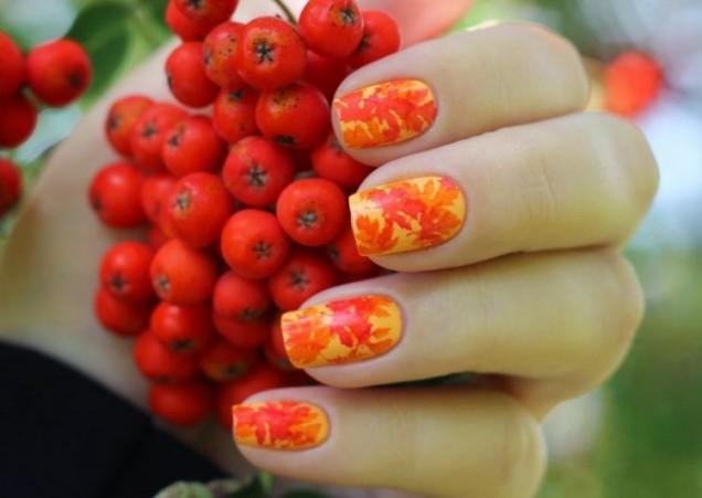 оранжев маникюр есенни листа