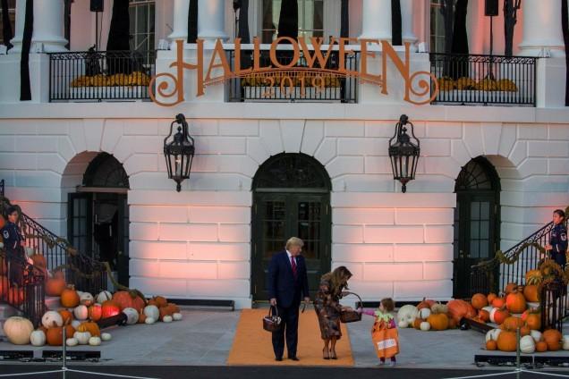 Мелания и Доналд Тръмп пред Белия дом