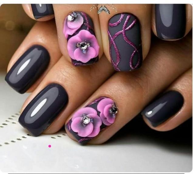 черен маникюр с розови цветя