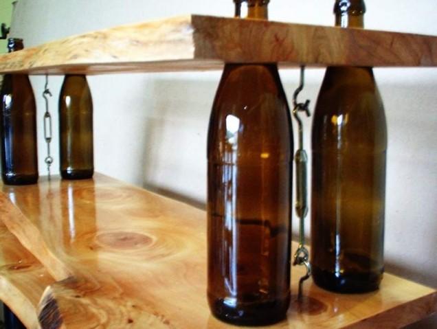 рафт от стъклени бутилки