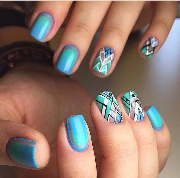 къси нокти в красиво синьо