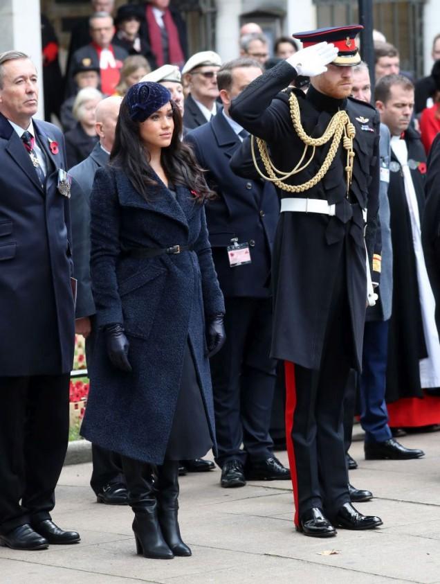 Меган Маркъл с красиво тъмносиньо палто