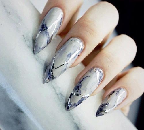 мраморен маникюр сиво