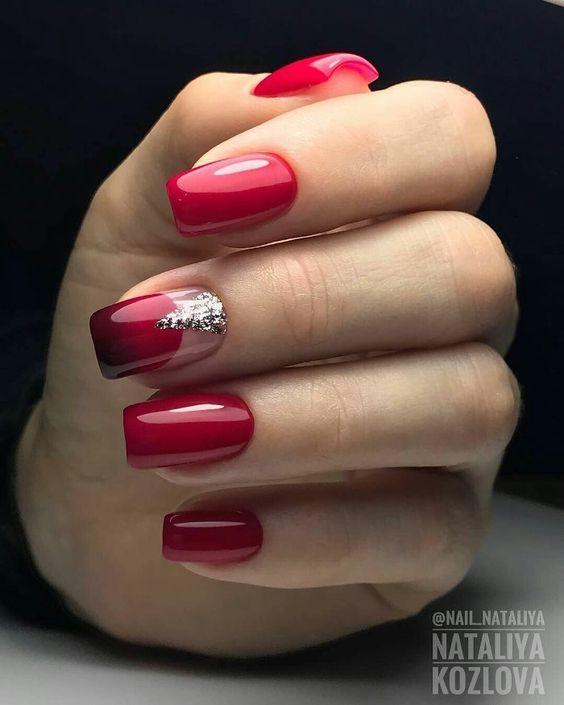 червен маникюр с камъни