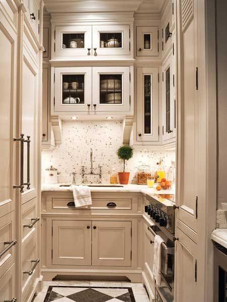 кухня с високи шкафове