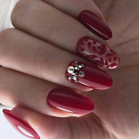 червен маникюр с камъчета