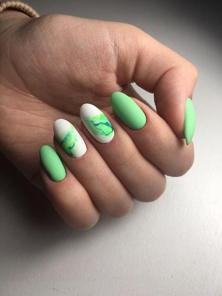 маникюр зелен мрамор