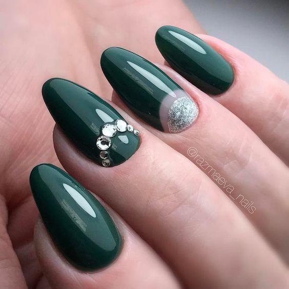 маникюр тъмнозелено с кристали